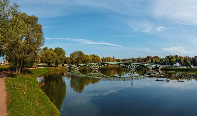 Vue panoramique sur le pont vert du parc tsaritsyno, moscou.