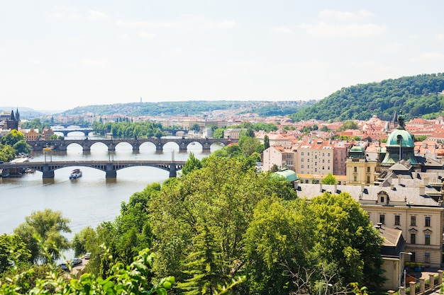 Vue panoramique des ponts sur la rivière vltava et du centre historique de prague : bâtiments et monuments de la vieille ville aux toits rouges.