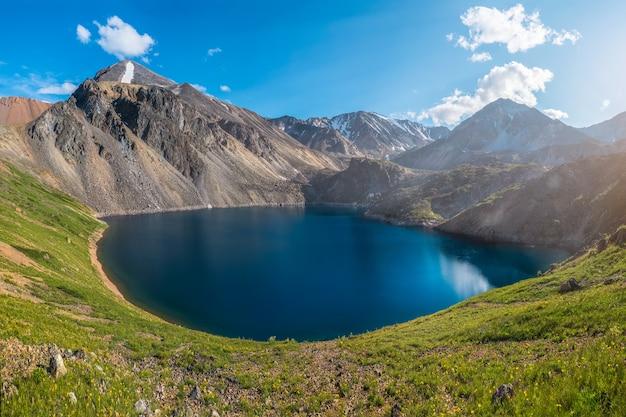 Vue panoramique sur le printemps au lac de montagne rond sur fond de montagnes. magnifique lac de montagne bleu dans les montagnes avec un grand étang azur lors d'une randonnée.