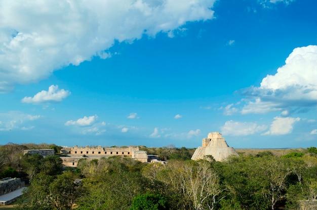 Vue panoramique de la pyramide maya dans son intégralité, dans la zone archéologique d'uxmal, dans la péninsule du yucatan. vue panoramique de la pyramide de la maison de l'adivino