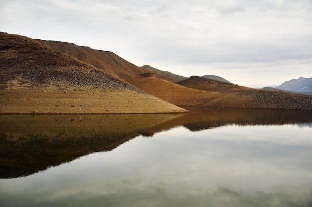 Vue panoramique sur le réservoir d'azat en arménie avec le reflet de petites collines