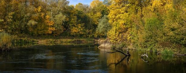 Vue panoramique sur la rivière. forêt d'automne sur la rive