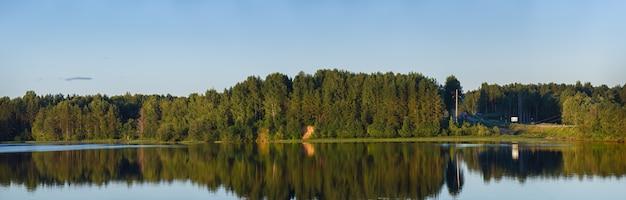 Vue panoramique sur la rivière et la forêt en bord de mer