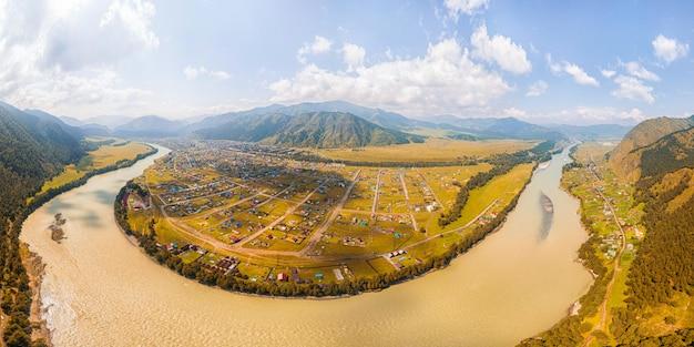 Vue panoramique sur la rivière de montagne,