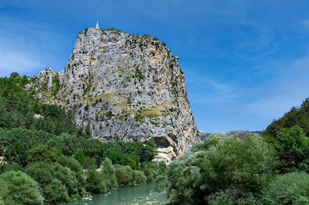 Vue panoramique sur le rocher géant dans la vallée du verdon , village de castellane en france en été.