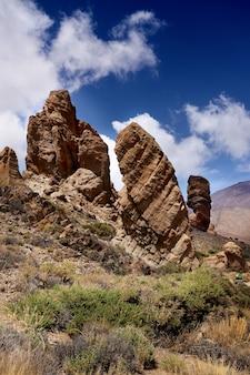 Vue panoramique de la roque cinchado, formation rocheuse faisant partie des roques de garc? a, parc national du teide. rochers d'origine volcanique, monument naturel de l'île de tenerife, îles canaries en espagne.