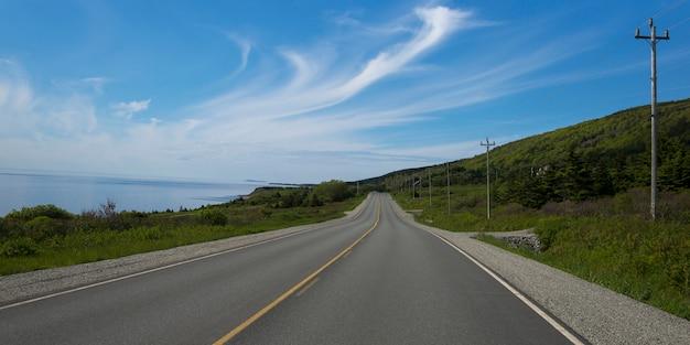 Vue panoramique d'une route côtière, creignish, île du cap-breton, nouvelle-écosse, canada