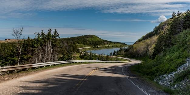 Vue panoramique d'une route côtière, pleasant bay, parc national des hautes-terres-du-cap-breton, île du cap-breton