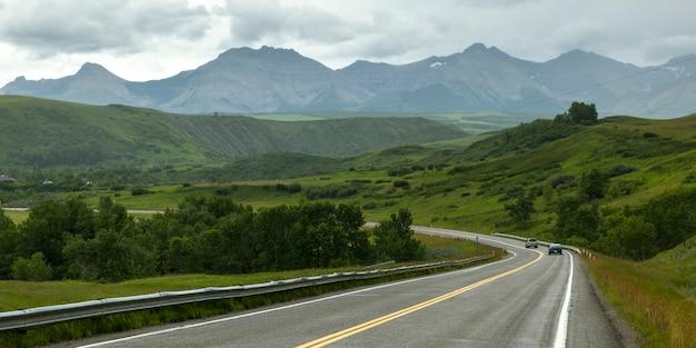 Vue panoramique de la route qui traverse le paysage, pincher creek n ° 9, sud de l'alberta, alberta, canad
