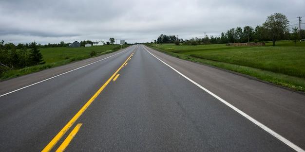 Vue panoramique de la route qui traverse le paysage rural, nouveau-brunswick, canada