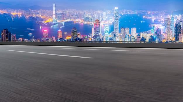Vue panoramique de la route vide en ville