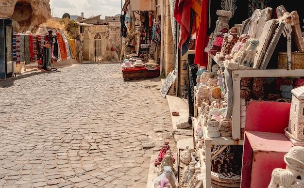 Vue panoramique de la rue souvenir déserte en cappadoce, turquie