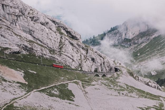Vue panoramique sur la scène des montagnes du haut pilatus kulm dans le parc national de lucerne, suisse, europe. paysage d'été, temps ensoleillé, ciel bleu dramatique et journée ensoleillée