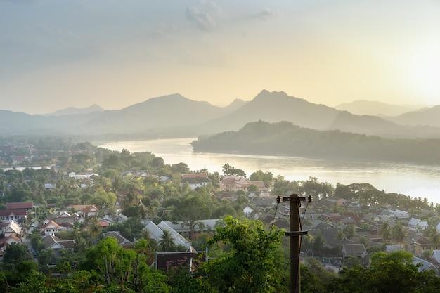 Vue panoramique de la soirée avec village riverain