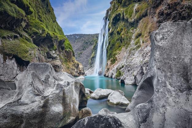 Vue panoramique de la spectaculaire cascade tamul sur la rivière tampaon, huasteca potosina, mexique