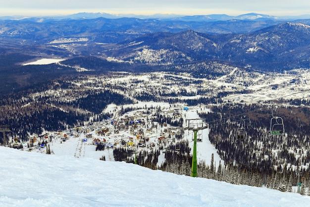 Vue panoramique de la station de ski sheregesh, sibérie, russie.