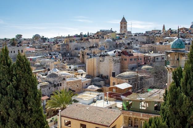 Vue panoramique sur le toit de jérusalem aux lieux sacrés des chrétiens, des juifs et des musulmans.