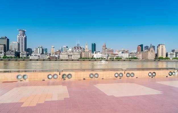 Vue panoramique sur les toits de l'ancien bâtiment sur le bund de shanghai