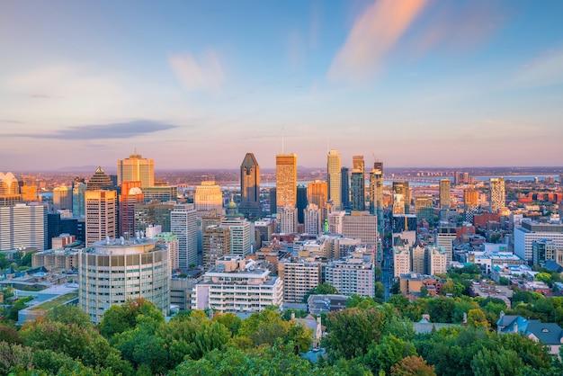 Vue panoramique sur les toits du centre-ville de montréal depuis la vue de dessus au coucher du soleil au canada
