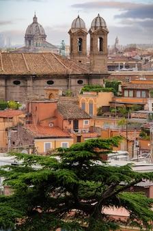 Vue panoramique sur les toits de rome avec basiliques catholiques et monuments italie