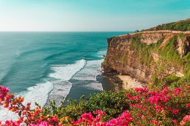 Vue panoramique avec des vagues de l'océan indien et des falaises à uluwatu sur l'île de bali, en indonésie.