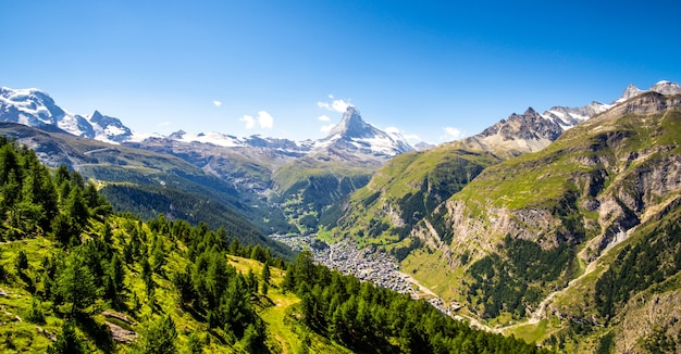Vue panoramique sur la vallée du cervin