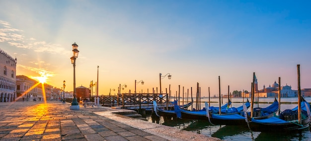 Vue panoramique de venise avec des gondoles au lever du soleil