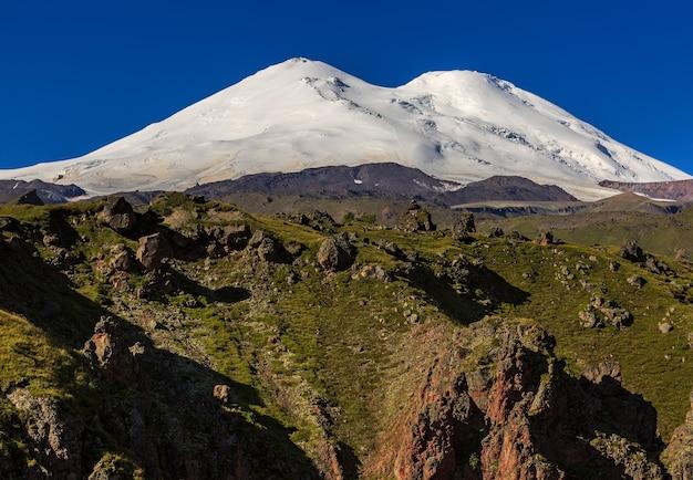 Vue panoramique sur le versant nord du mont elbrus des montagnes du caucase en russie