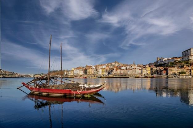 Vue panoramique sur la vieille ville de porto portugal rebelo bateau au premier plan