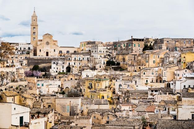 Vue panoramique sur la vieille ville rocheuse de matera