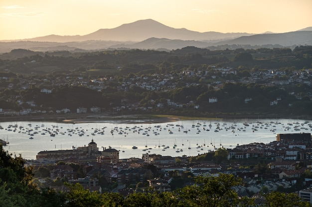 Vue panoramique de la ville et de la baie d'irun pays basque sur le paysage d'été tôt le matin célèbre destination de voyage
