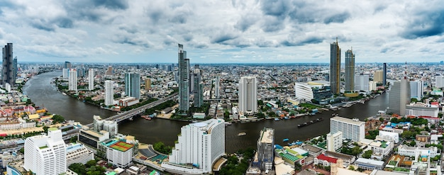 Vue panoramique de la ville de bandkok avec la rivière chao phraya en thaïlande