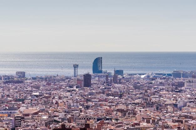 Vue panoramique de la ville de barcelone depuis la plus haute colline.