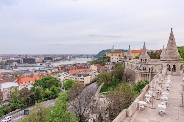 Vue panoramique de la ville de budapest avec le danube depuis le bastion des pêcheurs de hongrie
