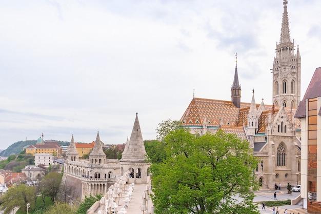 Vue panoramique de la ville de budapest depuis le célèbre bastion des pêcheurs à budapest, en hongrie.