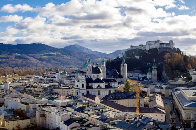 Vue panoramique sur la ville et le château médiéval.salzbourg.autriche.