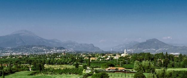 Vue panoramique de la ville dans les montagnes