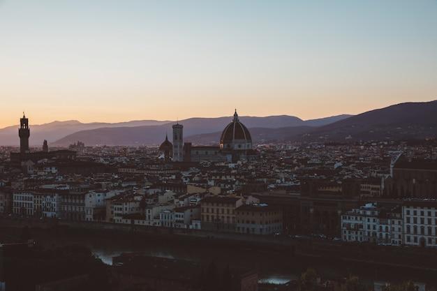 Vue panoramique de la ville de florence avec cattedrale di santa maria del fiore et palazzo vecchio de piazzale michelangelo (place michelangelo). journée ensoleillée d'été et ciel bleu dramatique