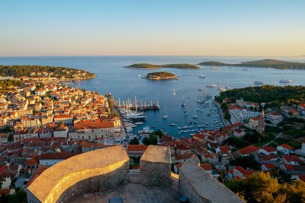 Vue panoramique de la ville de hvar en croatie.
