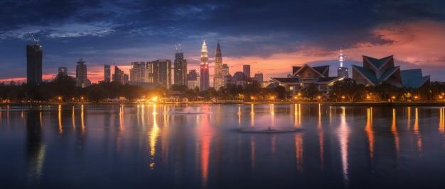 Vue panoramique de la ville de kuala lumpur au lever du soleil au parc titiwangsa, en malaisie