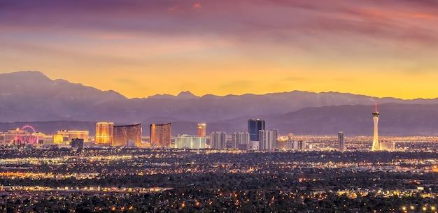 Vue panoramique sur la ville de las vegas au coucher du soleil au nevada, états-unis d'amérique