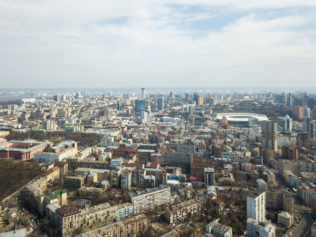 Vue panoramique sur la ville, les maisons modernes et le stade et le complexe sportif national olympique
