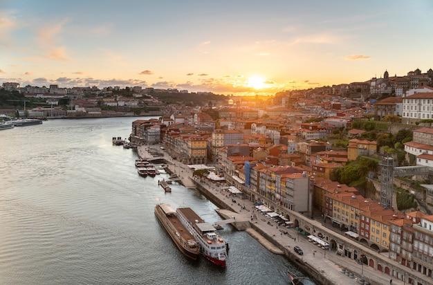 Vue panoramique sur la ville de porto et le fleuve douro au portugal au coucher du soleil.