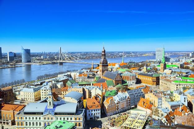 Vue panoramique sur la ville de riga lettonie depuis la hauteur de la tour église saint-pierre