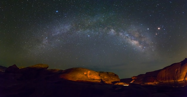 Vue panoramique de la voie lactée et des étoiles à sam phan bok, ubon ratchathani, thaïlande