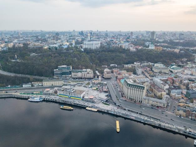 La vue panoramique à vol d'oiseau prise de vue depuis un drone du quartier podol, rive droite
