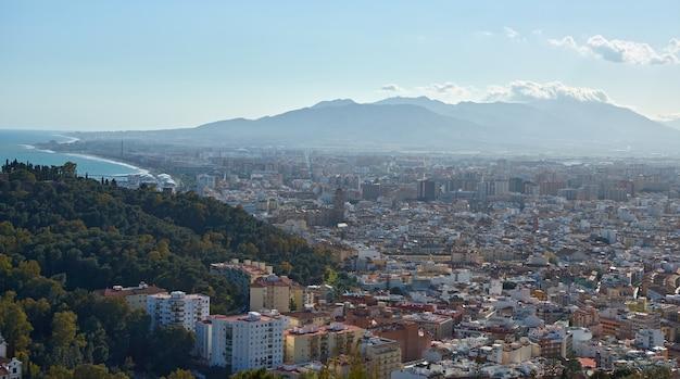 Une vue panoramique d'une vue imprenable sur une ville côtière entourée de montagnes incroyablement hautes et élancées