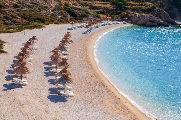 Vue sur le parapluie de paille dans la plage d'oprna l'île de krk croatie