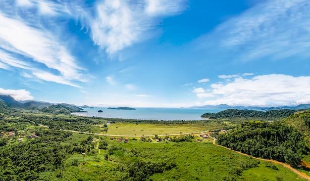 Vue sur le paraty, la plage et l'océan bleu. forêt verte