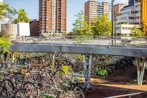 Vue sur le parking à vélos et les bâtiments de la place centrale de la ville de rotterdam